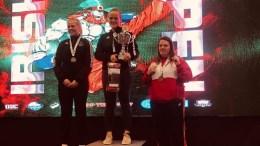 KICKET TIL: Amalie Anker Johansson (midten) tok gull i Irish Open i Dublin i helgen. Foto: Privat