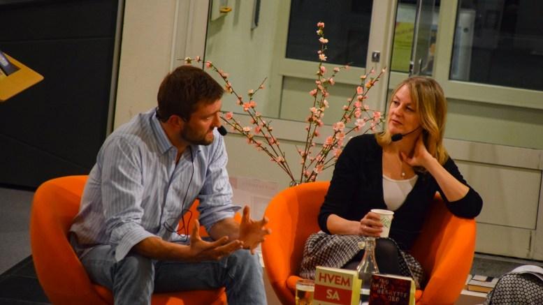 GOD SAMTALE: Tromøy-forfatter Birger Emanuelsen og Helene Uri sørget for en lytteverdig samtale på Arendal bibliotek om forfatterskap, kjønn og språk. Foto: Esben Holm Eskelund