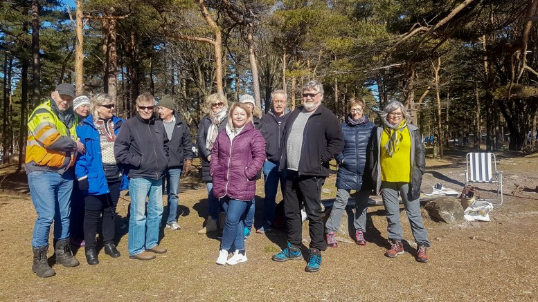 MARKERING: Gruppa Bevar Hoveodden stilte opp på Hove søndag, der mange møtte frem, både aksjonister og tidligere campinggjester. Foto: Privat