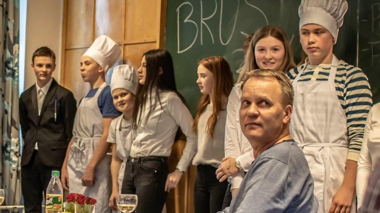 ELEVENES RESTAURANT: Elever i 9.-klasse på Roligheden skole inviterer hvert år familie og venner til egen restaurant, der elevene har kontrollen fra a til å. Foran restaurantgjest Richard Larsen. Foto: Bjørg Fossli