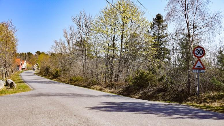 FARTSDUMPER: Det er fartsdumper i Spornesveien, men kommunen mener de ble vedtatt plassert et helt annet sted enn der de faktisk ligger. Foto: Esben Holm Eskelund