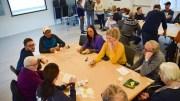 NASJONALPARKDRODLING: Rundt bordene var det muligheter til å gi innspill om hva nasjonalparksenteret skal være og hva det bør inneholde. Foto: Esben Holm Eskelund