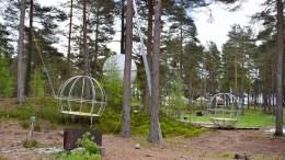 HENGENDE TELT: Cocoon-telt i ferd med å få plassering i trærne på campingarealet til Canvas Hove på Hoveodden. Foto: Esben Holm Eskelund