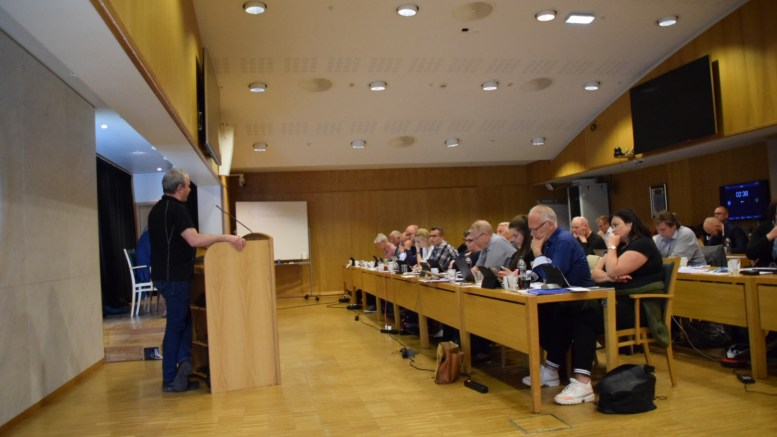 PRØVDE STOPPE: Fremskrittspartiets Edward Terjesen forsøkte å få utsatt vedtak om prosjektplanen for regulering av campingområdet på Hoveodden. Foto: Esben Holm Eskelund