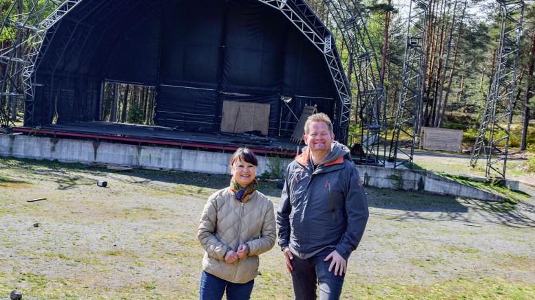 NABOSKAPET: Line Buer er nabokontakt for Hove Music Festival, der også nabo Tom Rudi Torjussen er involvert. Begge er opptatt av at festivalen skal oppleves god også for nabolaget. Foto: Esben Holm Eskelund