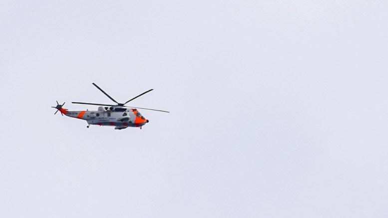 SEAKING OVER HOVE: Et redningshelikopter passerte over Hove og dro ut over Skagerrak på ettermiddagen 17. mai. Foto: Esben Holm Eskelund