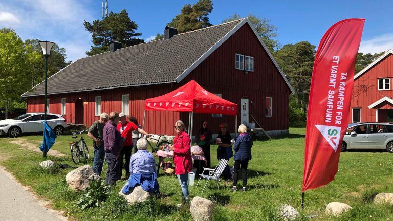 MØTTE VELGERE: Arendal SV stilte med stand i Hoveleiren søndag. Tirsdag holder partiet åpent møte om reguleringsarbeidet på Hoveodden. Foto: Arendal SV