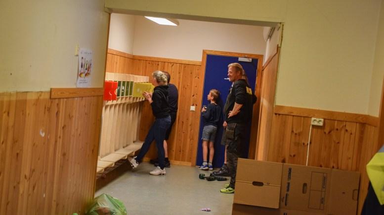 SKOLEGJENBRUK: Her er folk fra Nesheim skole, som får forsyne seg med inventar de kan bruke videre fra gamle Roligheden skole. Foto: Esben Holm Eskelund