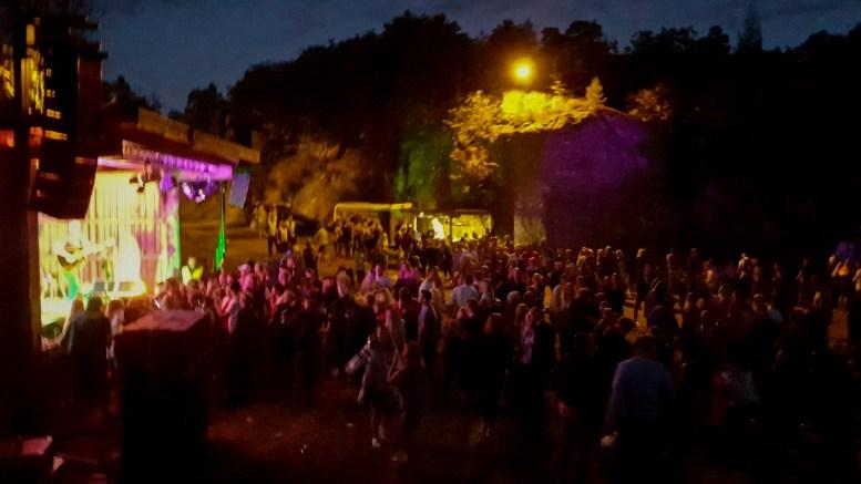 SLÅTTØYA: Førstkommende fredag arrangeres den lengstlevende «festivalen» på Slåttøya ved Færvikkilen. Arkivfoto