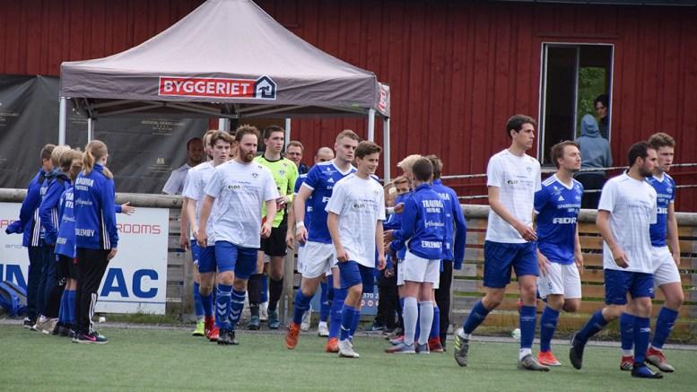 TRAUMA SPILLER HJEMME: Mandag kveld tar Trauma imot Øyestad på hjemmebane på Hove. Her er det Imås som ønskes velkommen av yngre spillere på Hove. Foto: Esben Holm Eskelund