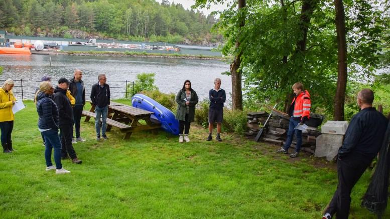 SJØBODSPØRSMÅL: Tiltakshaver Thor Berg fikk hele kommuneplantutvalget på besøk for at de kunne se hvor han har planer om å sette opp en sjøbod. Foto: Esben Holm Eskelund