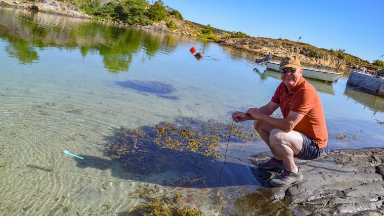 REISERADIORAPPORTØR: Thor Erling Mikkelsen på Øyna rapporterer badetemperaturen til NRK Reiseradioen hver eneste dag, fra det han mener er Sørlandets beste badestrand. Foto: Esben Holm Eskelund