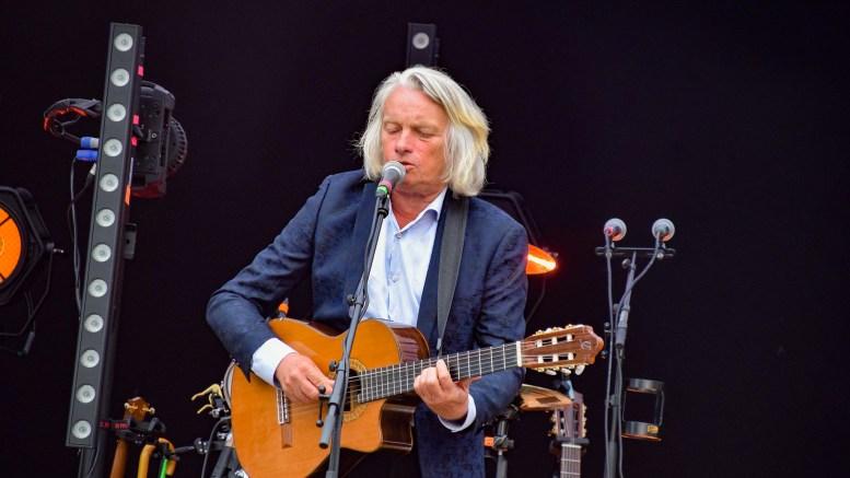 SPORNESFESTIVALEN: Jan Eggum hadde publikum i sin hule hånd på Flademoen og Spornesfestivalen. Foto: Esben Holm Eskelund