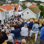 REVESAND AMFI: Det ble trangt om plassen da Revesound holdt ultralokal sommerkonsert i hagen på Revesand torsdag kveld. Foto: Esben Holm Eskelund