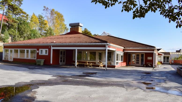 SLITENT: Bygningen bærer preg av slitasje, men ikke verre enn at det kan gjøres noe med, mener Tromøy fritidsklubb. Foto: Esben Holm Eskelund