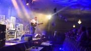 BH-ENE SATT LØST: Johnny Sandåker varmet opp publikum i Stall Hove fredag kveld. Det ga et sjeldent skred av BH-er. Foto: Esben Holm Eskelund