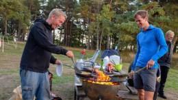 NATT I NATUREN: Varaordfører Terje Eikin (Krf) og Eirik Dobbedal (Friluftsrådet Sør) i full gang med desserten, grillede pannekaker, under Natt i naturen på Hove i fjor. I helgen inviteres det til ny overnatting i Hoveleiren. Arkivfoto: Esben Holm Eskelund