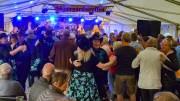 SKJÆRGÅRDSTREFFEN: Nye drivkrefter bak det tradisjonsrike Skjærgårdstreffen på Tromøy gir nye opplevelser for et trofast publikum. Her står TT-Band på scenen og skaper allsang og danseglede. Foto: Esben Holm Eskelund
