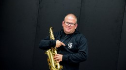ASPIRANTJAKT: Tor Inge Forsdal leder Tromøy skolemusikkorps. Mandag starter korpset øvelsene igjen, og han ønsker seg enda flere aspiranter. Foto: Esben Holm Eskelund