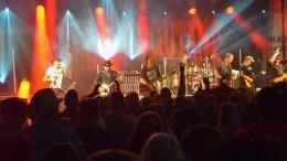 VASSENDGUTANE: De sju cowboyene fra Ørsta hadde publikum i Stall Hove med seg fra første hovslag på det rundt tre timer lange konsertrittet. Foto: Esben Holm Eskelund