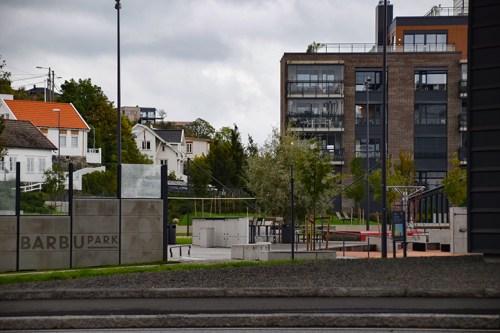 UT I PARKEN: I forbindelse med ungdomsklubben i Sørlandskirken har ungdommen trukket til Barbu park og laget sin alternative ungdomsklubb, som politiet slett ikke er sikker på om foreldrene er klar over at skjer. Foto: Esben Holm Eskelund