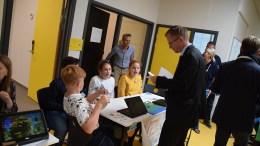 DEMOKRATIOPPLÆRING: Ekstra stas var det da ordfører i Arendal, Robert C. Nordli (Ap) var innom partigata på 6.-trinn ved Roligheden skole og avla stemme. Foto: Esben Holm Eskelund