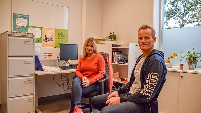UTENFOR KLUBBEN: Helsesykepleier Hanne Saxlund ved Roligheden skole og leder av politiets forebyggende enhet i Arendal, Torbjørn Trommestad, ber foreldre oppdatere seg på det som skjer i uteområdene nær populære ungdomsklubber der ungdom helt ned i 13-årsalderen deltar. Foto: Esben Holm Eskelund