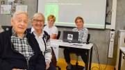 REKTOR-BESØK: Henry Knutsen var rektor på ungdomsskolen da det startet opp i 1967. Han besøkte nye Roligheden skole sammen med sine kone Oddhild sist uke. Bak til høyre parets barnebarn Simon, som er elev i 6.-klasse. Foto: Esben Holm Eskeludn