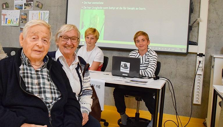 REKTOR-BESØK: Henry Knutsen var rektor på ungdomsskolen da det startet opp i 1967. Han besøkte nye Roligheden skole sammen med sine kone Oddhild sist uke. Bak til høyre parets barnebarn Simon, som er elev i 6.-klasse. Foto: Esben Holm Eskelund