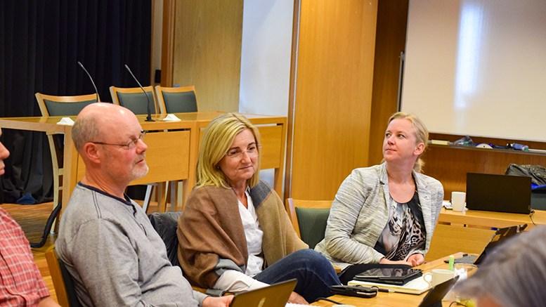 UKLAR POLITIKK: Einar Krafft Myhren (t.v.) og Cathrine Høyesen Hall (V) ønsker en klargjøring av kommunens 80/20-praksis, som skaper uforutsigbarhet for de som ønsker å bygge utenfor sentrale strøk. Foto: Esben Holm Eskelund