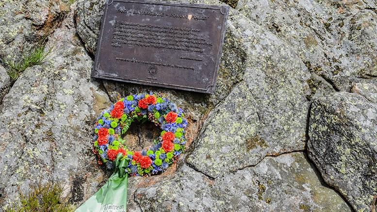KULTURMINNEPLAN: I det vedtatte forslaget til kulturminneplan for Arendal, skal økt formidling og bevisstgjøring av historien om de båtreisende «fantene» løftes mer frem. Her minneplaketten på Gjerstadholmen i Tromøysund. Foto: Esben Holm Eskelund
