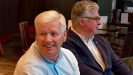 FORHANDLINGSKLARE: Høyres forhandler Peder Syrdalen (t.v.) har fortsatt lyst på dialog med Krf og Senterpartiet. Her sammen med Høyres ordførerkandidat Geir Fredrik Sissener. Foto: Esben Holm Eskelund