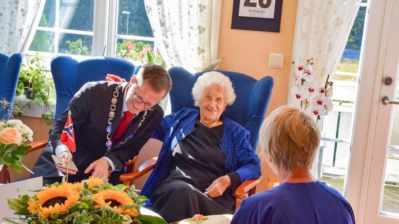 ORDFØRERBESØK: 100-åringen Sigrid Terjesen synes besøket av ordfører Robert C. Nordli i Arendal var storslagent. Foto: Esben Holm Eskelund