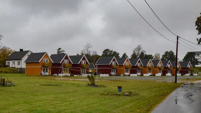 TILLATELSEN UTLØPT: Utleiehyttene ved Arendal Herregaard er ikke lenger lovlige, ifølge Arendal kommune, som ga tillatelse i 2016. Foto: Esben Holm Eskelund