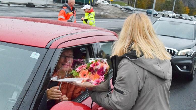 BLOMSTERGAVE: Første offisielle bilist over den nye veistrekningen fra Krøgenes til Tromøybroa ble praiet av fylkesordfører Gro Bråten (Ap), som overrakte blomster. Foto: Esben Holm Eskelund