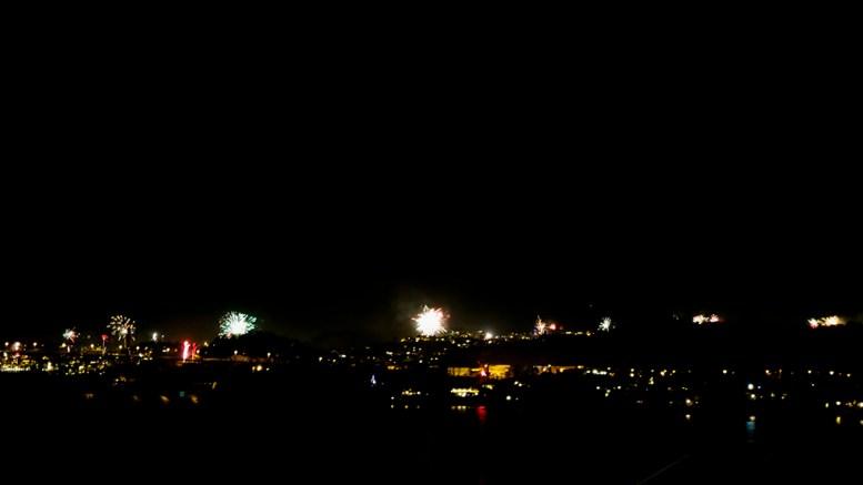 GODT NYTT ÅR: Fyverkeri over Arendal sentrum og Krøgenes sett fra Tromøy er et flott skue. Lokalavisen Geita ønsker godt nytt år! Arkivfoto