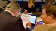 HAR IKKE RÅD: Her studerer Geir Fredrik Sissener budsjettforslaget fra styringspartiene. I eget budsjett finner ikke Høyre penger til drift av det nedlagte skolebygget. Foto: Esben Holm Eskelund