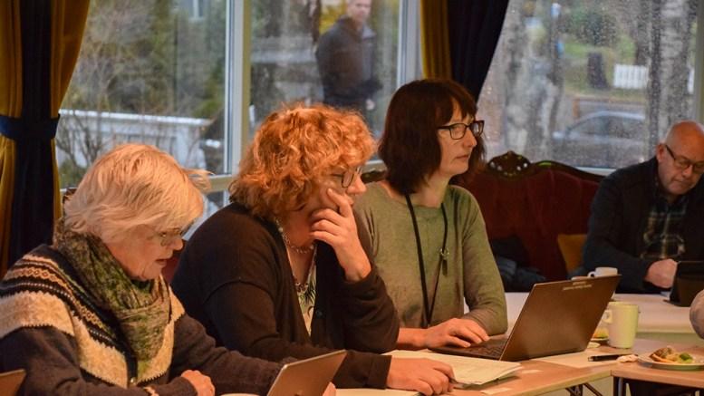 ETTERLYSTE DOKUMENTER: Grunneierrepresentant Anne Lien Studsrød (midten) etterlyste dokumenter etter utvidet høring av besøksstratgi for Raet nasjonalpark. Det førte til utsettelse av saken. Foto: Esben Holm Eskelund