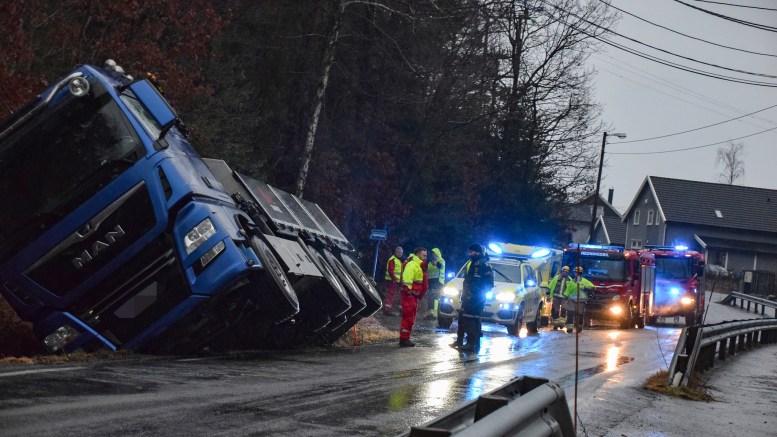 UTFORKJØRING: En lastebil kjørte i grøfta ved Skogtun mandag formiddag. Foto: Esben Holm Eskelund