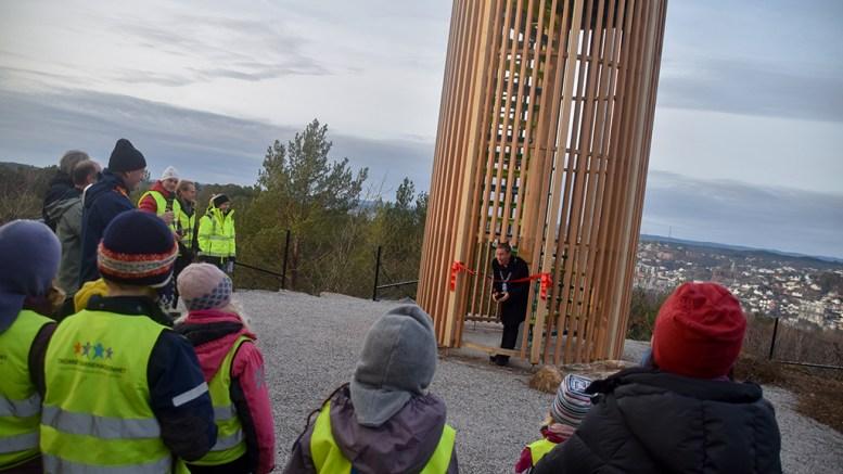 ÅPNET UTSIKTSTÅRN: Varaordfører Terje Eikin inviterte barna med da det skulle telles ned til klipping av snor. Foto: Esben Holm Eskelund