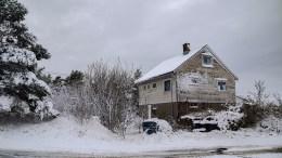 FÅR BYGGE TO: Arendal kommune gir rammetillatelse til å rive dette huset og bygge to nye helårsboliger på Øyna. Foto: Esben Holm Eskelund