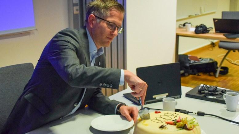 BEFOLKNINGSKAKE: Ordfører Robert C. Nordli markerte innbyggertallet med kake til formannskapet i Arendal. Foto: Esben Holm Eskelund