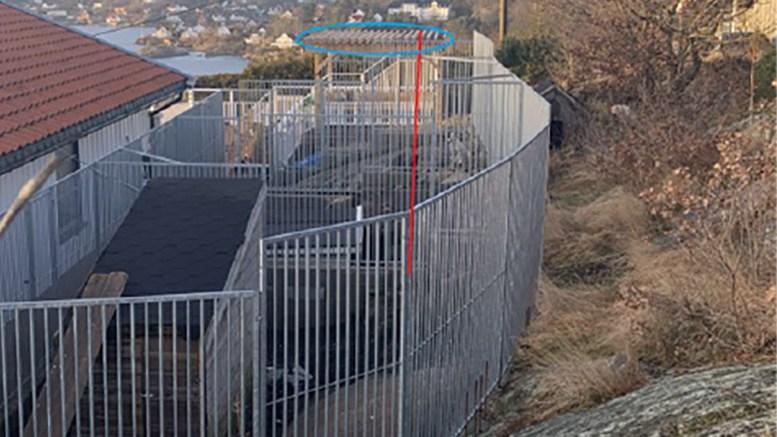 KOMMUNEN REAGERER: Byggesaksavdelingen i Arendal kommune Ber om redegjørelse om hundegård og terrasse, som delvis står på naboens grunn. Foto: fra saksdokumentet