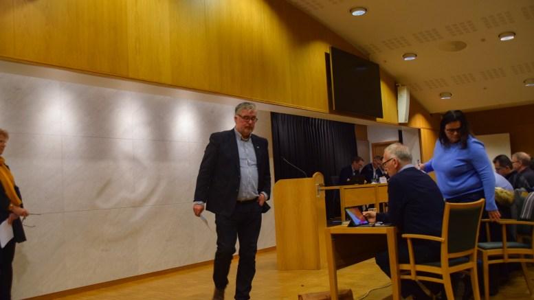 IKKE ENIGE: Geir Fredrik Sissener og Høyre mener Arendal kommune ikke har råd til å la være, mens Nina Jentoft og Ap er steilt imot statlig finansiering av eldreomsorgen. Foto: Esben Holm Eskelund