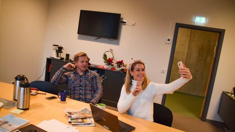 FRITIDSFORUM: Prosjektleder Vibeke Dehli i Tromøy fritidsforum og daglig leder Marius Rasmussen i Tromøy frivilligsentral ønsker seg enda flere frivillige inn i fritidsforumet. Foto: Esben Holm Eskelund