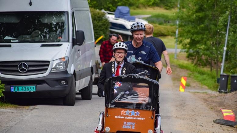 BARNEHAGESCORE: Ordfører Robert C. Nordli i Arendal besøkte de kommunale barnehagene på Tromøy i fjor. I år gjør de to barnehagene det godt i foreldreundersøkelsen, men de private sykler like bak. Foto: Esben Holm Eskelund