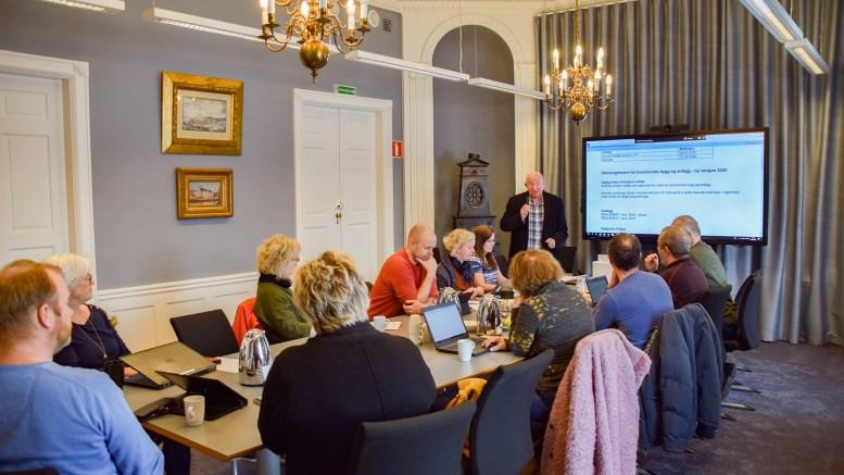 ARENDAL EIENDOM: Styret i Arendal eiendom KF i møterommet Formannskapssalen i Arendal gamle rådhus. Foto: Esben Holm Eskelund