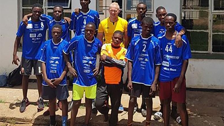 TRAUMA-DRAKTER: Christoffer Jacobsen sammen med laget i Zambia som har fått drakter fra Trauma. Foto: Privat