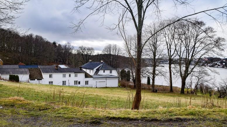 SOFIENLUND: Den staselige eiendommen Sofienlund ligger langs Nordheimveien og Tromøysund. Foto: Esben Holm Eskelund