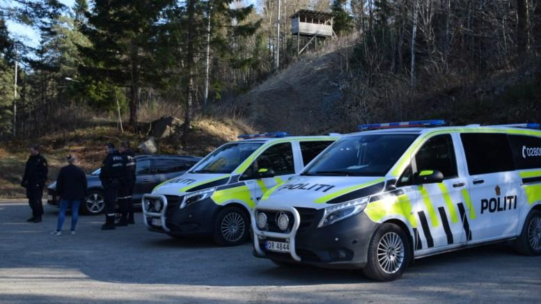 POLITIAKSJON: Uniformert og sivilt politi lette etter å ha fått tips om en mannsperson i området ved Kjenna på Tromøy. Foto: Esben Holm Eskelund